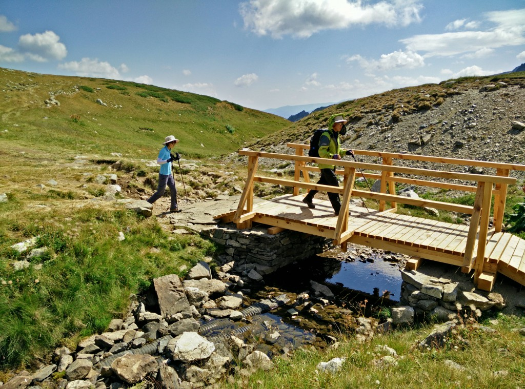 The small wooden bridge to the Babreka lake